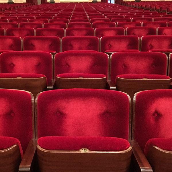 fauteuils rouges vides dans un théâtre