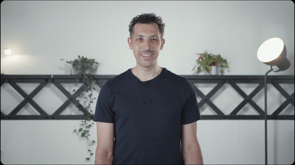 vidéo de mohamed, directeur de l'activité assurance, qui présente les offres de complémentaire santé et prévoyance dédiées au secteur de la culture et de la communication